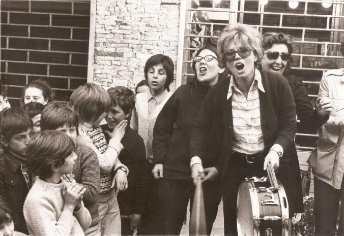 Dacia Maraini durante una manifestazione femminista negli anni _70