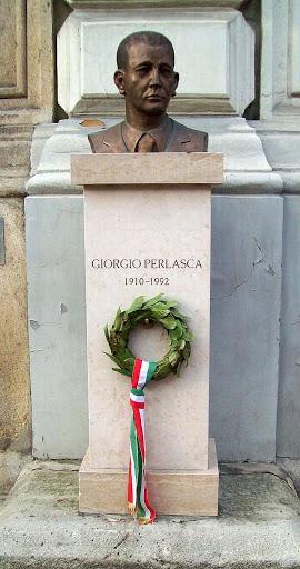 Busto dedicato a Giorgio Perlasca situato all'entrata dell'istituto di cultura italiano a Budapest